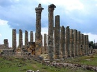 Olympieion, trosky z paláce. Zeus byl původně relativně nedůležitý indoevropský bůh jasného nebe, časem splynul s několika jinými bohy a stal se bohem počasí. V této podobě se dostal na Krétu, kde se stal i ochráncem mykénských králů. Tato funkce nejpravděpodobněji vyplynula z jeho původní funkce boha dobrého počasí a jasné oblohy. Pro námořně založenou Krétu mělo počasí velký vliv. V této podobě se dostal do Řecka, kde se stal ochráncem řeckých králů a později i bohem hor.