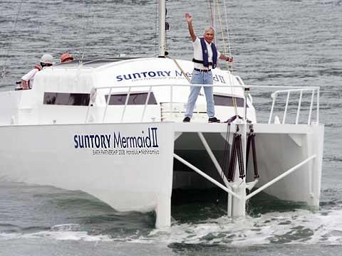 Suntory Mermaid II, který je vyrobený z hliníkové slitiny, váží tři tuny a měří 9,45 m. Na snímku  je neúnavný Kenichi při zkoušce svého nového katamaránu