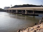 Montáž potrubí pod asfaltovým svrškem na mostě Saiwai probíhala v loňském roce.
