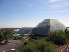 Skleník Biosphere 2 dovoluje modelovat najednou hned několik ekosystémů: tropy, pouště, savany, lesy, různé vodní nádrže; přitom obsahuje prakticky všechny přírodní cykly, které v nich probíhají.