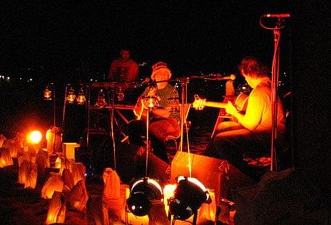 """Akustický koncert v době konání """"Hodiny Země"""" v Sydney probíhal při svíčkách a bez zesilovací aparatury"""