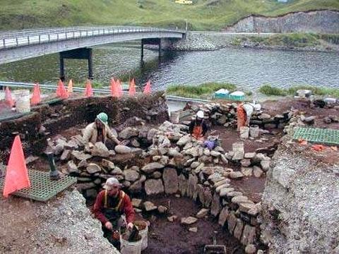 Archeologové, provádějící vykopávky v ruinách 3000 let starého domu v Unalasce