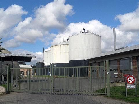 Bioplyn je plyn produkovaný během anaerobní digesce organických materiálů a skládající se zejména z metanu (CH4) a oxidu uhličitého (CO2).