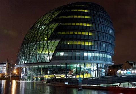 Budova londýnské radnice v noci. Obyčejná noc. Nejkonzervativnější obyvatelé města se jistě zaradují, když tento ultramoderní výtvor architekta Normana Fostera alespoň na chvilku zmizí z pohledu a rozpustí se na hodinku ve tmě