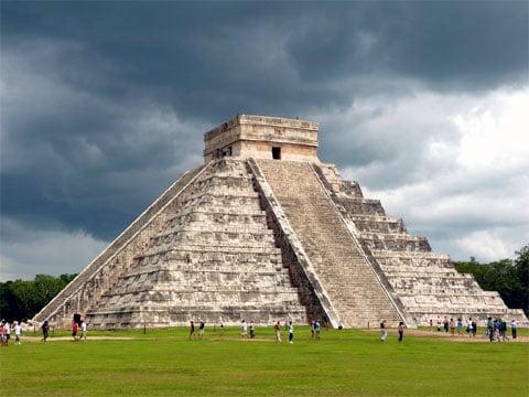 Chichén Itzá je zřícenina mayského města na mexickém poloostrově Yucatán na území stejnojmenného spolkového státu Yucatán. Pochází z pozdně klasického až pozdně postklasického období (cca 600-1500 n.l.). Název Chichen Itzá pochází z mayského Chich'en Itza, což znamená V ústech studny Itza. Itza byl název skupiny ekonomů a politiků. Itza je složenina dvou slov - itz - magický, kouzelný a ha - voda. V červenci roku 2007 byla zařazena do novodobého seznamu sedmi divů světa.