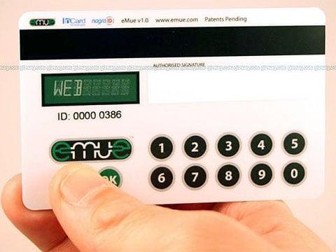 Credit Card Embedded Authentication Device zabírá v peněžence právě tolik místa jako obyčejná kreditní/debetní karta.