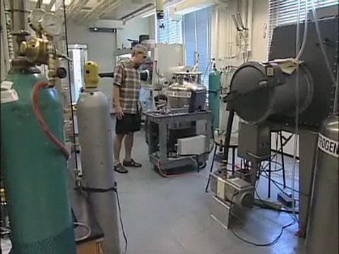 Daniel Nosera se svým elektrolytickým přístrojem