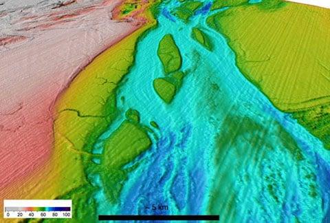 Dno Anglického kanálu, které se vytvořilo katastrofální povodní. Barevná škála - hloubka v metrech. Zde uvedená část území je na předcházející mapě označena bílým obdélníkem.