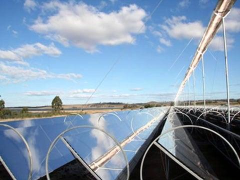 Elektrárny raději používají pro zahřívání potrubí s kapalinou zrcadla, která jsou nastavena do Fresnelovi konfigurace, než sluneční články k přetváření slunční energie přímo na elektrickou energii.