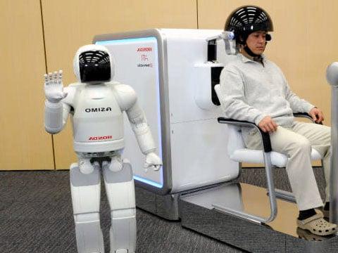Hned na začátek by se dalo říci, že se nezačínáme přibližovat dni, kdy pro nás budou moci roboti udělat vše. Přibližujeme se totiž dni, kdy stačí jen pouhá myšlenka, aby robot udělal přesně to, co mu přikážeme.