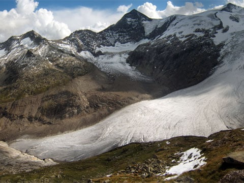 Hovoří se také o skrytých přídavných zpětnovazebných smyčkách vsystému. Malé zvyšující se teploty mají za následek události, jako je tání ledu, vyšší výskyt skleníkových plynů vatmosféře, atd.