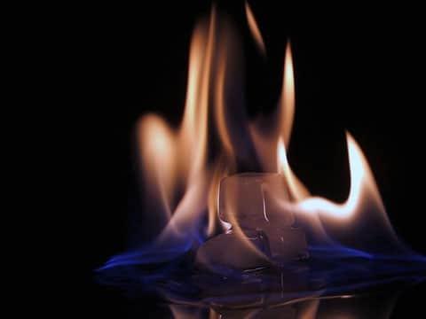 Hydráty metanu jsou tvořeny zmrzlou vodou a molekulami metanu. Vznikají působením vysokého tlaku a nízkých teplot při průnicích metanu ze zemské kůry a při rozkladu organické hmoty.