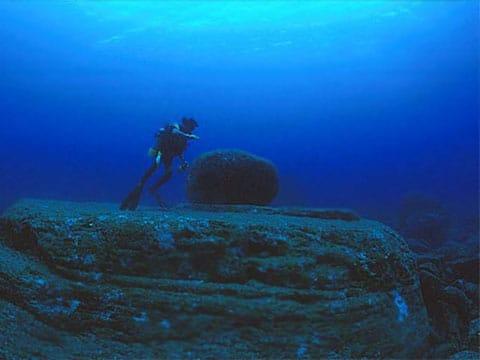 Japonská Atlantida s podmořskými kameny