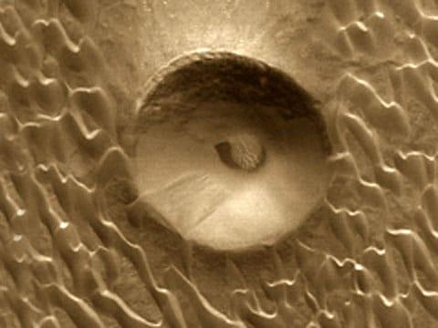 Jeden z kráterů na Marsu, jehož vnitřní část obsadily duny