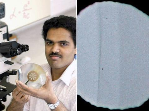 Jeden z účastníků experimentu Rahul Nair drží rámeček, ve kterém je několik otvorů, potažených jednoatomovou blánou grafenu. Zprava: zvětšený vzorek otvoru, který fyzikové překryli dvěma typy  blan. Uprostřed je vertikální proužek samostatné vrstvy grafenu, zprava je část s dvojitým grafenem. Ten, jak se ukázalo, zadržuje dvakrát více světla, než jednoatomová vrstva.