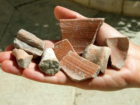 Jedním z nejzajímavějších předmětů je fragment kamene, pokrytý bílou omítkou, který sloužil jako ozdoba nějakého většího objektu nebo byl součástí nějakého sousoší se zvířecím motivem.
