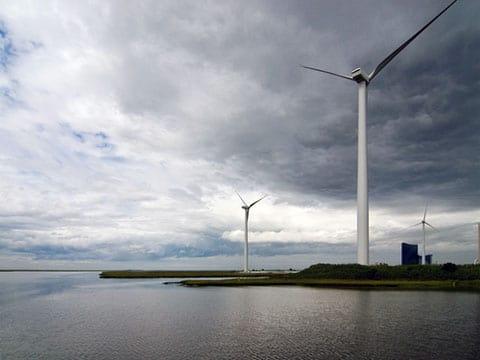 Jersey-Atlantic Wind Farm. Větrná energie je označení pro oblast technologie zabývající se využitím větru jako zdroje energie. Nejobvyklejším využitím jsou dnes větrné elektrárny, které využívají síly větru k roztočení vrtule (větrná turbína). K ní je pak připojen elektrický generátor. Získaná energie je přímo úměrná třetí mocnině rychlosti proudící vzdušné masy, proto větrné elektrárny po většinu doby nedosahují nominálních hodnot generovaného výkonu.