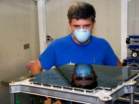 John Tonry kontroluje novou matrici před instalací do kamery