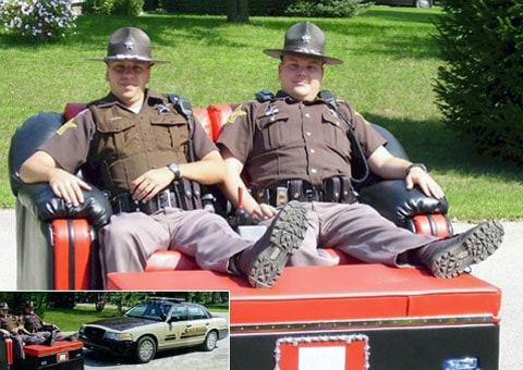 Kancelář šerifa ve městě Demott vyměnila svůj automobil na vhodnější do horkých dnů motosofa. Pradva, na honičku za zločinci museli dočasně zapomenout. Ale copak se na takové pohovčičce vůbec chce někomu pospíchat?
