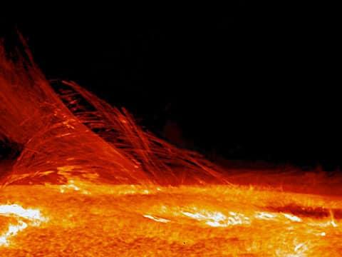 Koróna nemá vnější hranici a zasahuje hluboko do sluneční soustavy. Její teplota je okolo 1 500 000 K. Velmi dobře se dá pozorovat při zatměních Slunce.