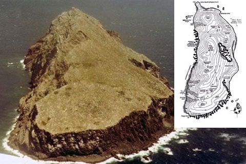 Království z ptačí perspektivy. Snímek pořízen v roce 1978. Shora ostrov nevypadá příliš pohostinně, přesto je kam se uchýlit. Na mapě se Redonda podobá otisku boty. Prakticky všechny, i ty nejmenší, kousky ostrova mají svá jména.