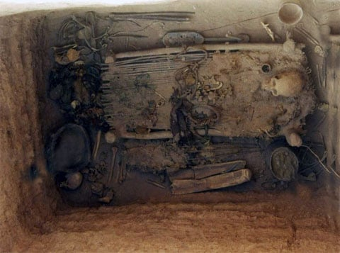 Kromě toho, ve vynikajícím stavu byly nalezeny i četné artefakty: výzbroj, nářadí, nádobí, šperky a podobně.