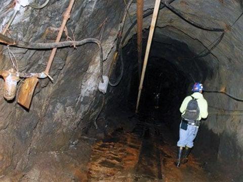 LUX - Large Underground Xenon detector experiment, nejhlubší experiment týkající se výzkumu temné hmoty v Black Hill vSeverní Dakotě