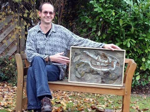 Markus Poschmann a jeho nález. Obří klepeto je dlouhé přibližně 50 centimetrů, vědci vypočetli, že jeho majitel musel být velký minimálně 2 metry a 46 centimetrů.