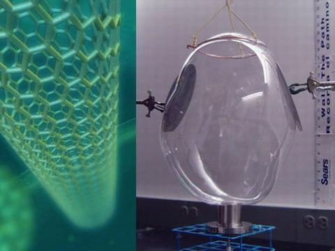 «Mýdlová» bublina s nanotrubičkami dosáhla průměru 35 centimetrů a výšky 50 centimetrů. Kolem ní jsou polotovary.