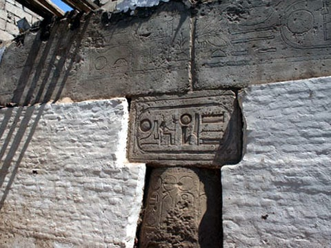 V Egypte mešita postavena na základech  chrámu