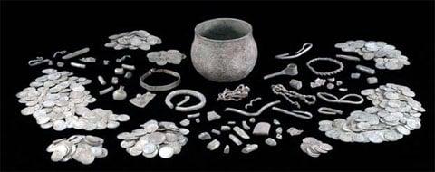 Největší zásoba drahocenností Vikingů za posledních 150 let byla objevena na zemědělské půdě v Yorkshiru
