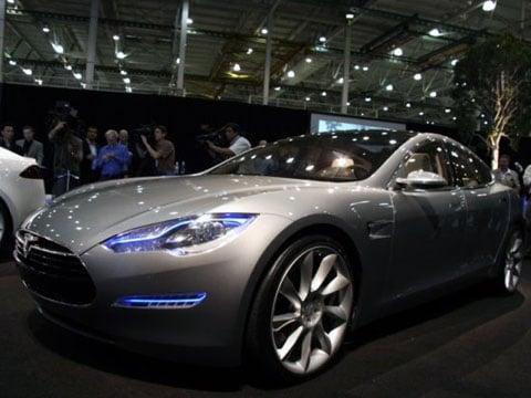 Nový elektrický model je na cestě Tesla Tesla Motors plánuje kolem roku 2010 celou řadu cenově dostupných bateriemi-poháněných modelů