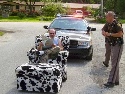 Ochránci zákona zastavili na silnici samohybné křeslo s potahem v kůži dalmatinů. Teď si chudáci musí ujasnit, zda mohou u řidiče žádat řidičský půkaz.