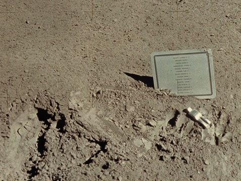 Padlý Astronaut - umělecké dílo na Měsíci