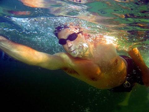 Plavci jsou během trénování svými trenéry nuceni zvednout svá těla s každým záběrem tak vysoko nad vodu, jak jen to jde, a to s cílem co nejvíce zvýšit svou rychlost.