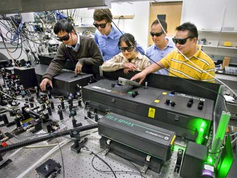 Postgraduální badatelé Shiwei Wu a Gang Han, vedeni Brucem Cohenem, a další vědci Jim Schuck a Delia Milliron, pracovali na vynalezení nanokrystalů, které by obsahovaly vzácné zemské prvky, jež by absorbovaly nízkoenergetické infračervené světlo a přeměňovaly jej na viditelné světlo během několika přenosu energie, při jejich zasažení stálou vlnou, blízko-infračerveného laseru.