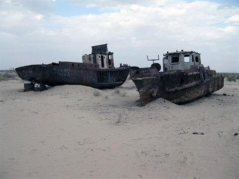 Pozůstatky rybářské flotily, teď jen obyčejný kovový šrot