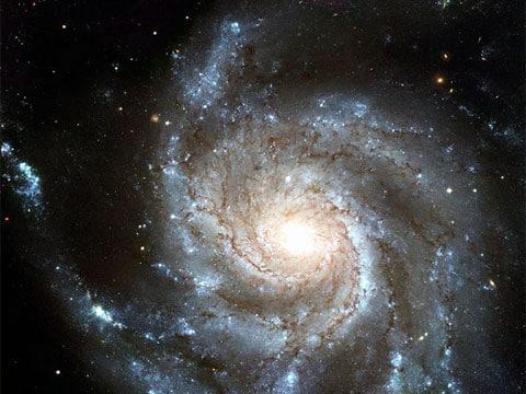 Příklad spirální galaxie: Galaxie Messier 101 (M101, také známá jako NGC 5457 nebo Pinwheel Galaxy (Galaxie větrník)) ležící v severním obtočném (cirkumpolárním) souhvězdí Ursa Major (Velká medvědice), ve vzdálenosti 25 milionů světelných let od Země.