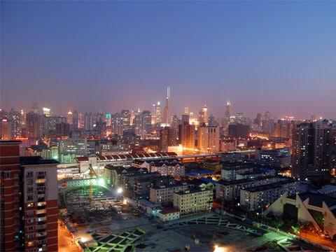 Šanghaj je s 9 mil obyvatel (2005) nejlidnatější město Číny a významné hospodářské centrum této země. Rozkládá se při ústí řeky Jang-c'-ťiang do Východočínského moře a od roku 2004 vystřídala s ročním obratem nákladu 380 milionů tun Rotterdam na pozici největšího přístavu světa.