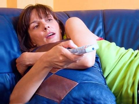 Sledování televize před spaním u vás může vyvolat pocit nedostatku spánku