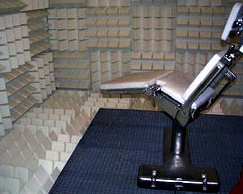 Speciální tvar výstupků z izolačního materiálu dovoluje dodatečně pohlcovat akustické vibrace.