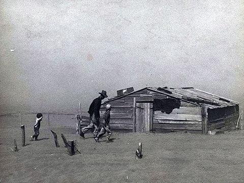 Stát Oklahoma, rok 1936. Prašný kotel se prakticky shoduje s Velkou krizí, a proto velkému množství Američanů přišel naprosto nevhod. Přestěhovat se z území Velkých planin muselo přibližně asi 3,5 miliónů lidí.