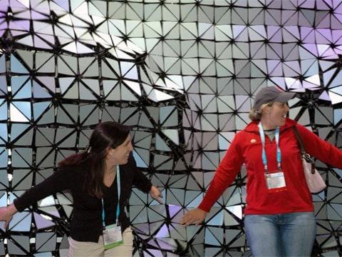 HypoSurface zobrazuje na stěně plastický pohyb