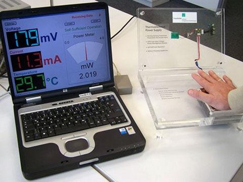 Tento sériový notebook se ještě dlaněmi napájet nedá, je potřebný pouze k indikaci provozních parametrů termogenerátoru.