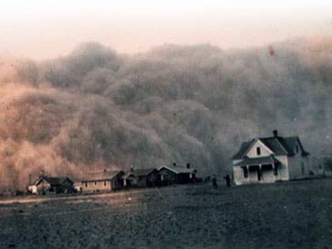 Texas, rok 1935. Co to je na pozadí domů? Hory? Lesík? Oblaka? Ani jedno, ani druhé, ale ani třetí - jsou to mračna prachu, které honí vítr. Podobnou scenérii Američané pojmenovali jako černé vánice.