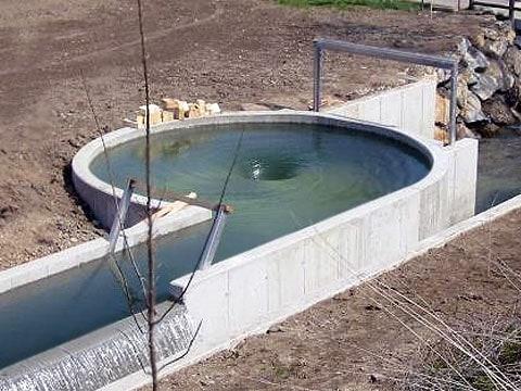 To není bazén na koupání, ze kterého je vytažena zátka, ale experimentální elektrárna nového typu, která v Rakousku funguje od podzimu 2005