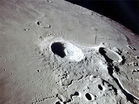Toto je pohled na Aristarchův a Hedrodotův kráter, získaný z oběžné dráhy během mise Apolla 15. Pohled je směrem na jih. Aristarchův kráter je téměř uprostřed snímku, zatopený Herodotův kráter je na pravé straně.