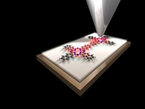 Umělecké ztvárnění dvou molekul ve tvaru kříže, které mohou být ve stavu zapnuto (nalevo) nebo vypnuto (napravo) změnou orientace dvou atomů vodíku (bílý) ve středu molekuly.