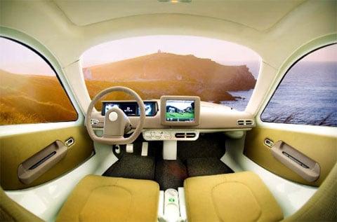 V malém autíčku jsou tři sedadla – dvě vepředu a jedno vzadu, které je určeno dítěti.
