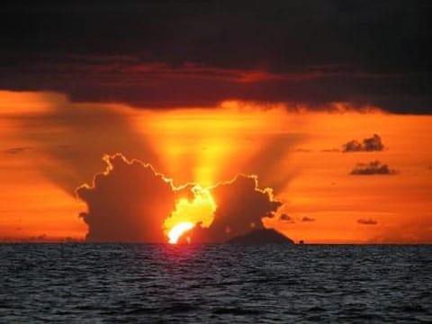 V paprscích zapadajícího slunce ostrov Redonda téměř nezpozorujeme. Ale snímek je to nádherný.